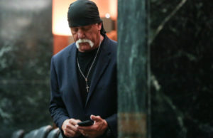 Hulk Hogan checks his phone in court (Pool photo via NY Post)